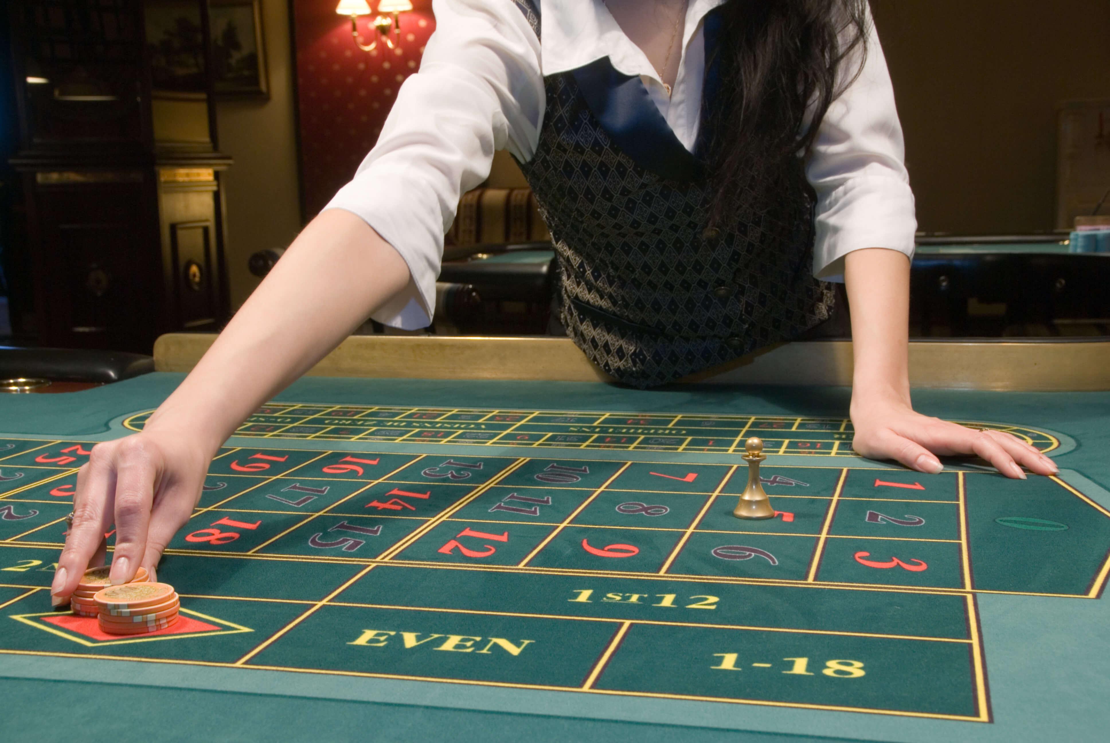 mesa de ruleta con crupier en directo